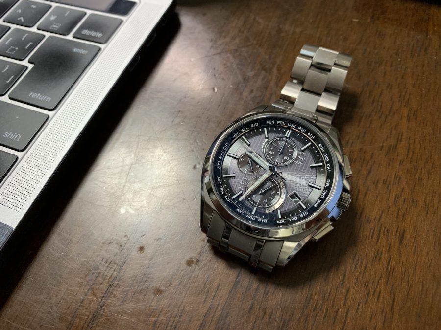 机の上に腕時計を置く
