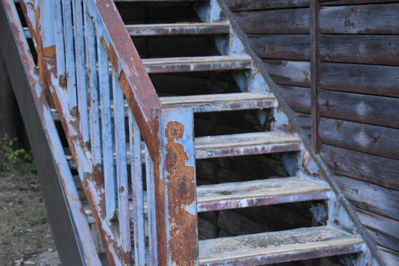 錆びた階段の画像